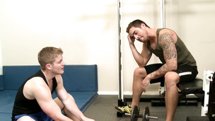 Blowing a cock and the threesome just blossoms gym style